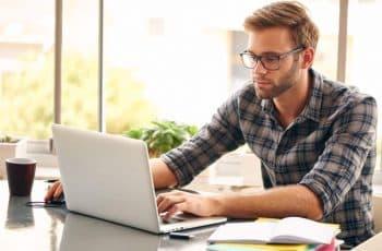 un homme gère ses documents en ligne